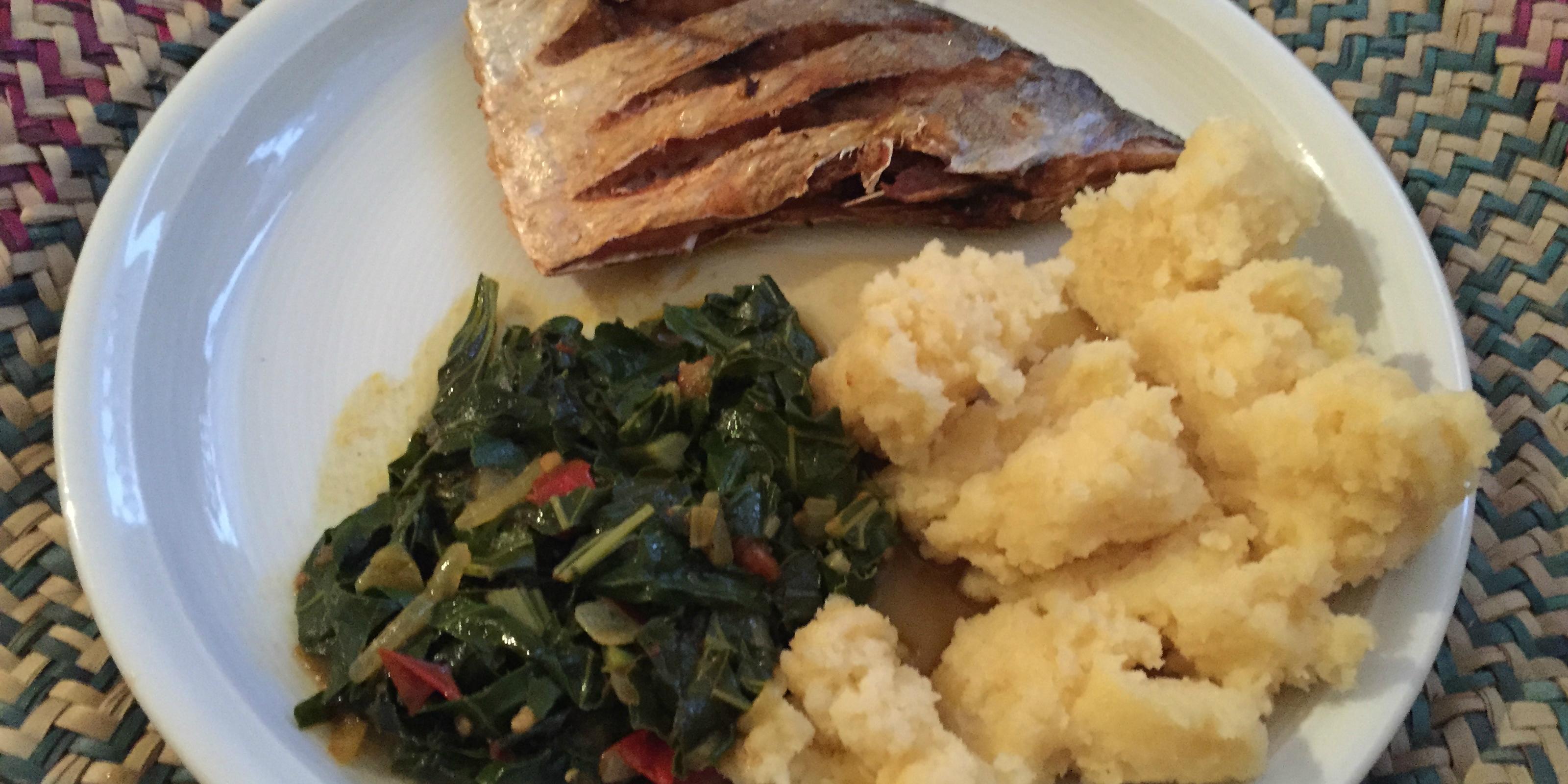 Afrikanischer geht es kaum: Sukuma wiki mit Ugali/Sima und Fisch